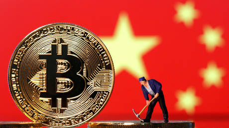 FILE PHOTO: Bitcoin in front of an image of China's flag © Reuters / Dado Ruvic
