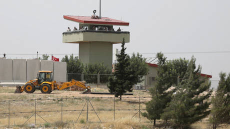 FILE PHOTO: Turkish soldiers stand on a watchtower at the Atmeh crossing on the Syrian-Turkish border. ©REUTERS / Khalil Ashawi