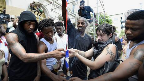 Activists burn the Confederate flag in North Carolina in 2017. ©  Getty / Sara D. Davis / Stringer