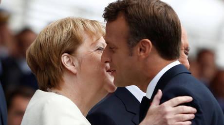 French President Emmanuel Macron embraces German Chancellor Angela Merkel © Pool via REUTERS / Kamil Zihnioglu
