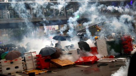 Demonstrators stand behind barricades, surrounded by tear gas, during a protest in Tsuen Wan, inHongKong, China, August 25, 2019. © REUTERS/Kai Pfaffenbach