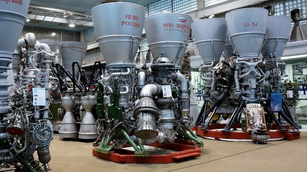 O motor de foguete RD-180 (à esquerda) e o motor de foguete RD-171MV (à direita)