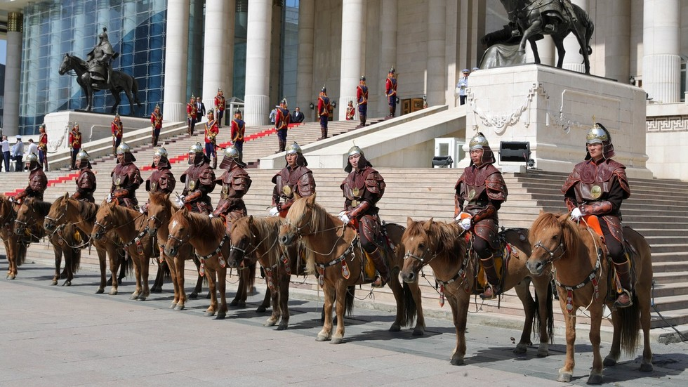 Mongolia rolls out Genghis Khan-style mounted guard of honor for Putin (PHOTOS)