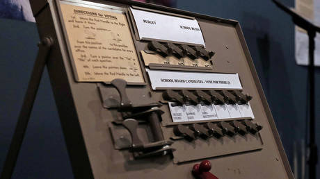 A mechanical voting machine from the early 20th century ©  Reuters / Mike Segar