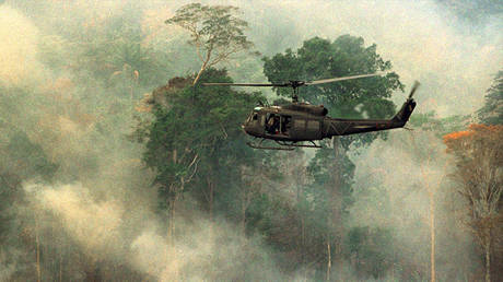 File photo showing a military helicopter flying over a burning tract of Amazon forest land on March 18, 1998. © REUTERS/Gregg Newton/FILE GN