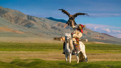 Eagle-hunter on the horse in Mongolia © Getty Images / Chalermkiat Seedokmai