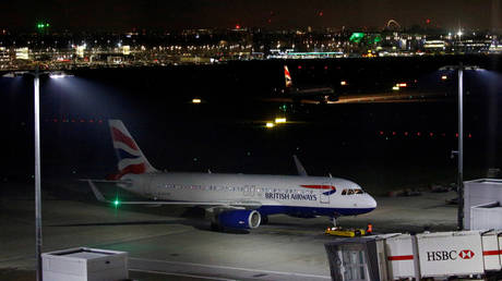 FILE PHOTO: A British Airways Airbus A320 aircraft sits on the tarmac at Heathrow Airport © Reuters / Henry Nicholls/ File Photo