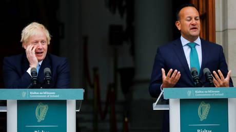 (L) Britain's Prime Minister Boris Johnson meets with (R) Ireland's Prime Minister (Taoiseach) Leo Varadkar in Dublin © Reuters / Phil Noble