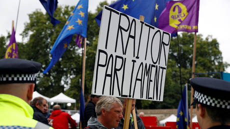 Pro-Brexit protesters demonstrate outside the Houses of Parliament in Westminster in London, Britain, September 9, 2019. © REUTERS/Peter Nicholls