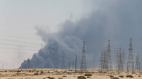 Smoke is seen following a fire at an Aramco factory in Abqaiq, Saudi Arabia, September 14, 2019. © Reuters / Stringer