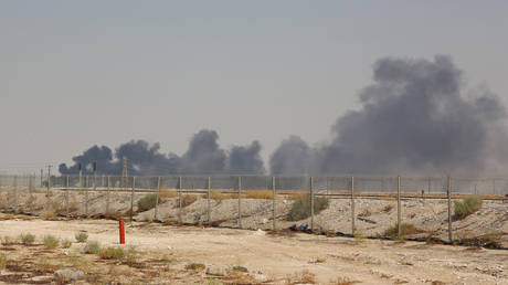 Smoke billows from an Aramco oil facility in Abqaiq © AFP