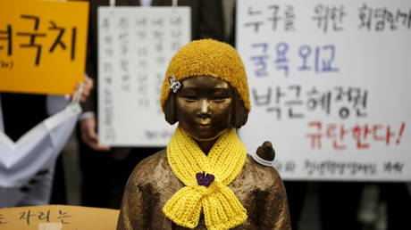 "A statue symbolizing ""comfort women"" is seen during a weekly anti-Japan rally in front of Japanese embassy in Seoul, South Korea. December 2015. © Reuters / Kim Hong-Ji"