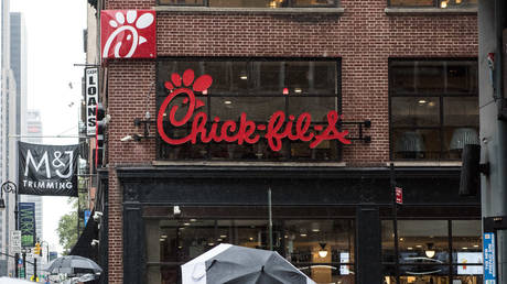 FILE PHOTO: The exterior of Chick-Fil-A in New York City © AFP / Andrew Renneisen