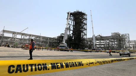 Workers are seen at the damaged site of Saudi Aramco oil facility in Khurais, Saudi Arabia, September 20, 2019 © Reuters / Hamad l Mohammed