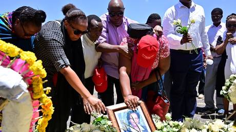 Families of victims from Kenya and Rwanda lay flowers on March 15, 2019, as they visit the crash site of the Ethiopian Airlines operated Boeing 737 MAX aircraft © AFP / Tony Karumba