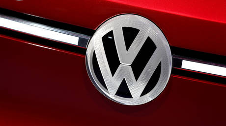 FILE PHOTO: VW logo badge © Reuters / Jonathan Ernst