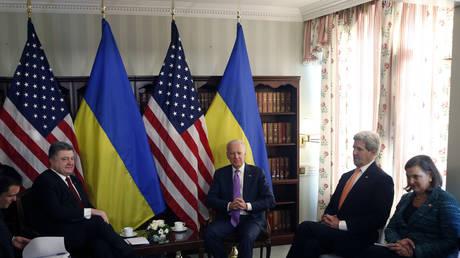 Ukrainian President Petro Poroshenko meets US VP Joe Biden, Secretary of State John Kerry and Assistant Secretary of State for Europe Victoria Nuland (L-R) in Munich, February 7, 2015.