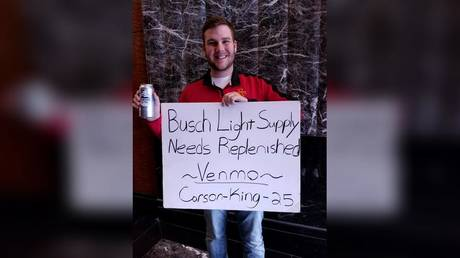 Carson King holding the sign that kickstarted his donation campaign © Facebook / Carson King