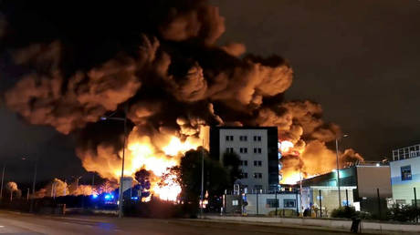 Smoke rises from a fire at a factory of Lubrizol in Rouen, France, September 26, 2019, in this still image from video obtained via social media. © REUTERS / Blas Garcia Photography