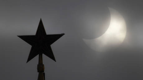 FILE PHOTO: The Kremlin's star during a partial solar eclipse in Moscow © Reuters / Sergei Karpukhin
