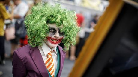 A cosplayer dressed as Joker poses for a photograph as he attends London Super Comic Convention at Business Design Centre in Islington, London on August 26, 2017. © AFP / Tolga Akmen