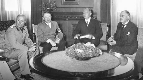 Mussolini, Hitler, and Chamberlain at the Munich Conference, Germany, 29 Sep 1938 © Wikipedia