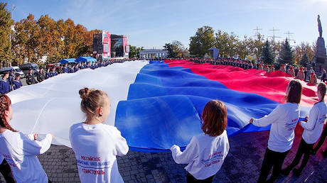 Crimean teenagers hold Russian flag at the National Unity Day celebrations in Sevastopol, Russia on November 4, 2018. © Sputnik / Vasiliy Batanov