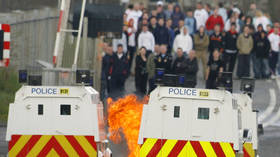 Police bombarded with dozens of FIREBOMBS in N. Ireland (VIDEO)