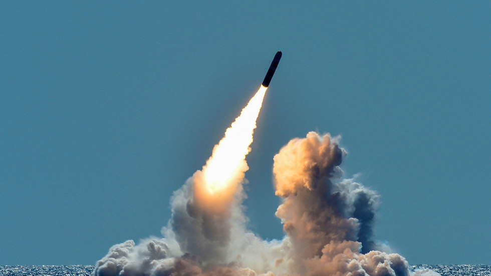 Hello, passenger plane; hello, nuclear missile: SLBM Trident test filmed from aircraft cockpit in gorgeous VIDEO