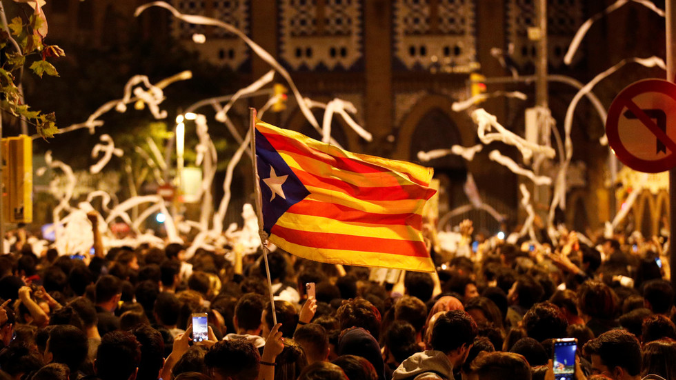 Toilet rolls & tensions fly high in Barcelona amid fresh rallies in support of jailed pro-independence leaders (PHOTO, VIDEO)