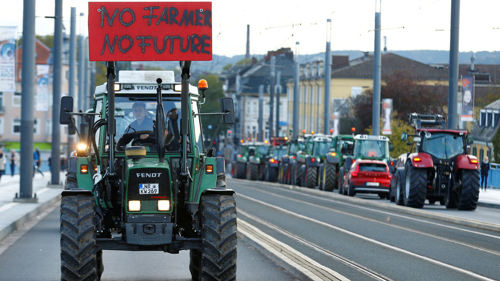 WATCH farmers roll out HUNDREDS of tractors in German cities protesting new eco-rules