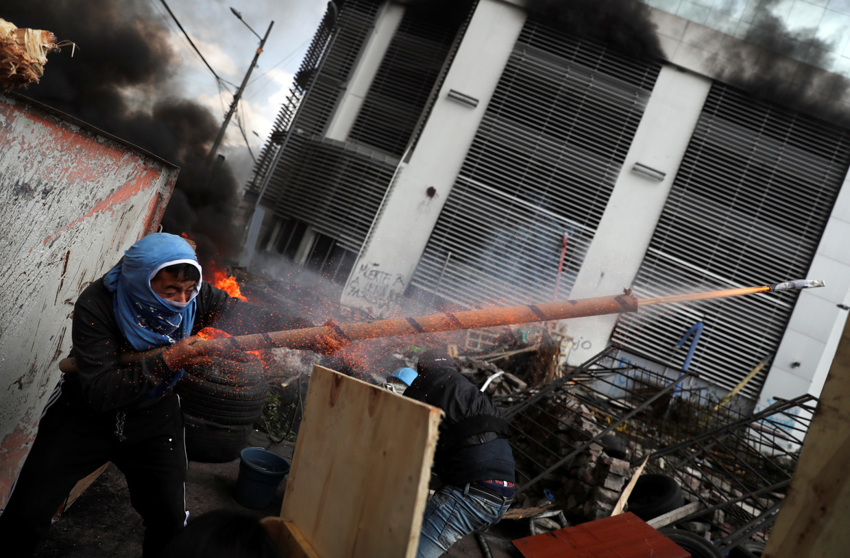 Ecuador protesters attack TV station, newspaper in Quito