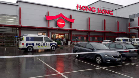 Police outside the mall in eastern Finland where Tuesday's attack took place. © REUTERS / Lehtikuva / Jaakko Vesterinen