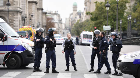 Police block the street near Paris prefecture de police (police headquarters) on October 3, 2019 after three persons have been hurt in a knife attack. ©  AFP / Martin BUREAU