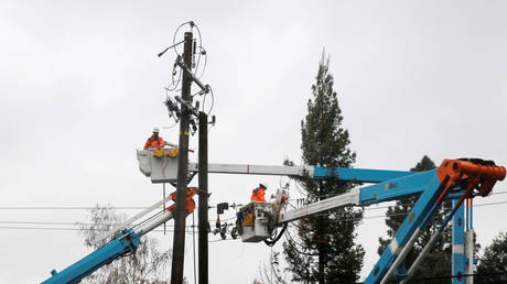 File photo of PG&E crew fixing lines downed in the Camp Fire © REUTERS / Elijah Nouvelage