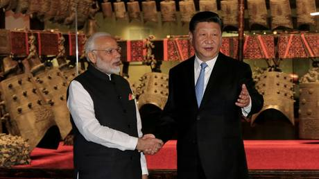 Chinese President Xi Jinping (R) and Indian Prime Minister Narendra Modi visit the Hubei Provincial Museum in Wuhan, China in April 2018. © Reuters / China Daily