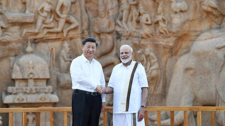 Xi Jinping shakes hand Minister Narendra Modi during their visit to the outskirts of Chennai © India's Press Information Bureau/Handout via REUTERS