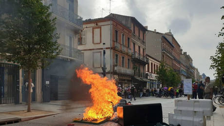 Police TEAR GAS Yellow Vest protesters in Toulouse during 48th week of mass demonstrations (VIDEOS)