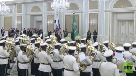 Sounds grate! Saudi military orchestra welcomes Putin with Russia's anthem... or at least it tries to (VIDEOS)