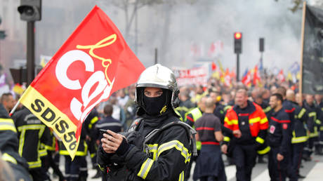 Riot police blast firefighters with water cannons during Paris protests (VIDEOS)