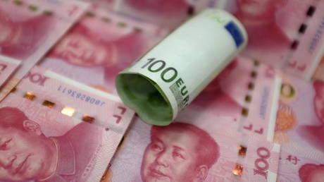FILE PHOTO: A 100 Euro banknote and Chinese 100-yuan banknotes © Reuters / Jason Lee