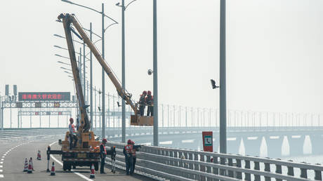 Construction workers work on a section of the Hong Kong-Zhuhai-Macau Bridge in Zhuhai, China © AFP / Philip Fong