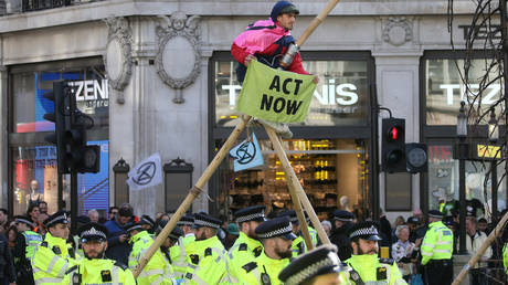 Police monitor an Extinction Rebellion protester in London © AFP / Isabel Infantes