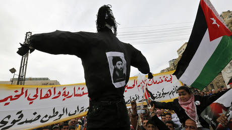 Jordanian protesters carry an effigy of Abu Bakr al-Baghdadi. © Reuters/Muhammad Hamed