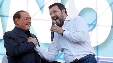 League party leader Matteo Salvini welcomes former Italian PM Silvio Berlusconi on stage during an anti-government demonstration in Rome, Italy, October 19, 2019. © Reuters / Remo Casilli