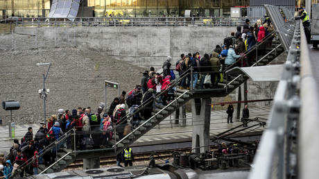 a crowd of refugees arrives in Malmo © Reuters / TT News Agency