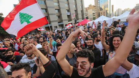 Protestors celebrate after Lebanon's Prime Minister Saad al-Hariri announced his resignation in Beirut, Lebanon October 29, 2019 © REUTERS/Aziz Taher