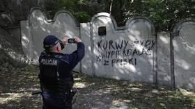 Fierce anti-Semitic slurs & swastika appear on Krakow ghetto wall (PHOTOS)