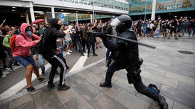 Fierce clashes between Catalan pro-independence protesters & police as angry crowds march on Barcelona airport (VIDEO)