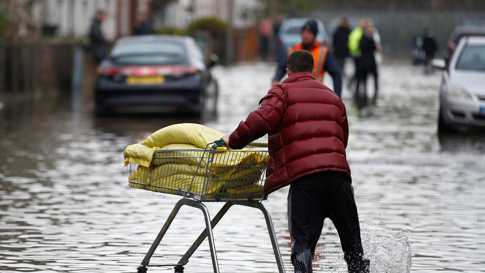 UK suffering temperature plunge & 'almost Biblical' flooding after month of rain falls in 1 day (PHOTOS, VIDEOS)